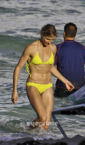 Cameron Diaz in a Bikini on the de praia, praia in Miami, Jul 31