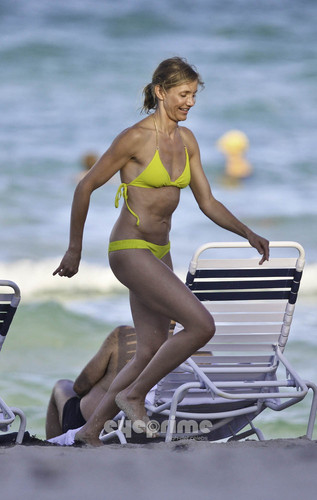 Cameron Diaz in a Bikini on the bờ biển, bãi biển in Miami, Jul 31