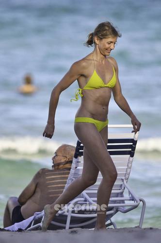 Cameron Diaz in a Bikini on the ビーチ in Miami, Jul 31
