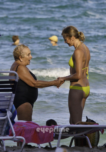 Cameron Diaz in a Bikini on the plage in Miami, Jul 31