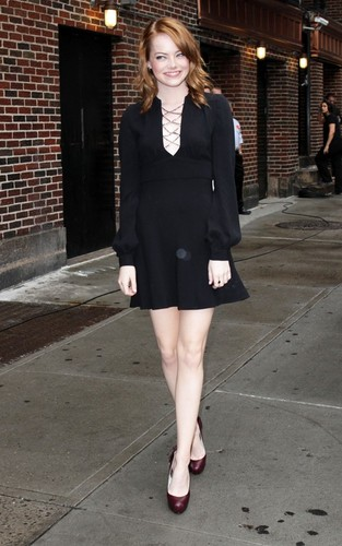 "Emma Stone arriving for her appearance on the ""Late hiển thị with David Letterman"" (August 3)."