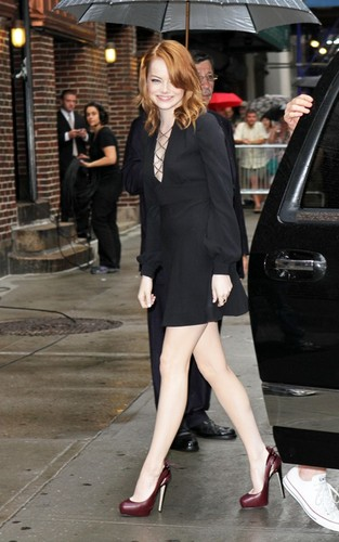 "Emma Stone پیپر وال with a business suit titled Emma Stone arriving for her appearance on the ""Late دکھائیں with David Letterman"" (August 3)."