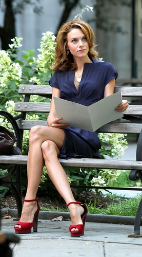 Hilarie Burton wallpaper containing a park bench called Hilarie Burton On The Set Of WhiteCollar