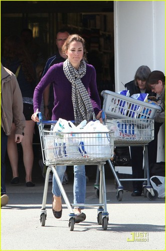 Kate: Grocery Shopping Sans Prince William!