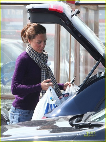 Prince William and Kate Middleton wallpaper containing an automobile entitled Kate: Grocery Shopping Sans Prince William!