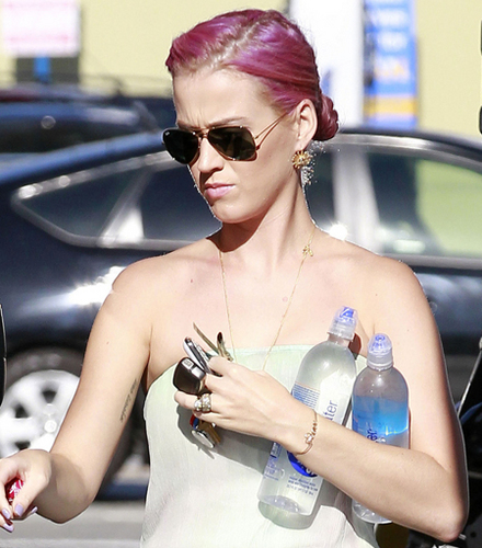 Katy debuts her brand new roze hair!