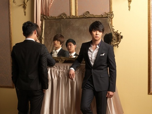JYJ kertas dinding probably with a business suit and a well dressed person titled Mirror