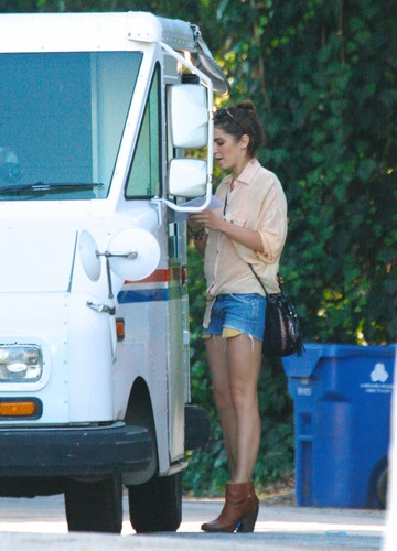 Nikki visiting the Dry Cleaners and checking for mail in Los Angeles! [03/08/11]