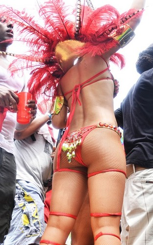 蕾哈娜 壁纸 with a bikini entitled 蕾哈娜 out for Barbados' Kadoomant 日 Parade (August 1).