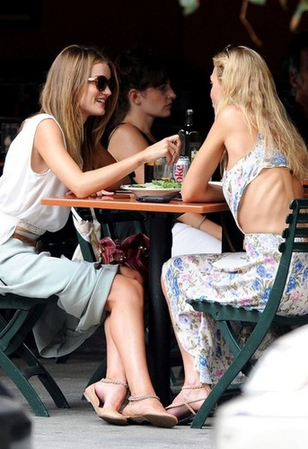 Rosie Huntington-Whiteley and a boney female friend 스플릿, 분할 a 샐러드 at Bar Pitti