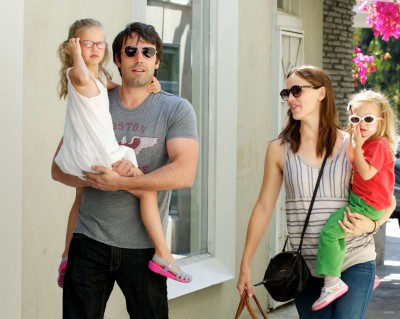 family shopping - ben-affleck-and-jennifer-garner Photo
