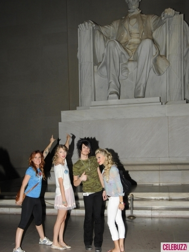 taylor cepat, swift & friends in the lincoln memorial xd