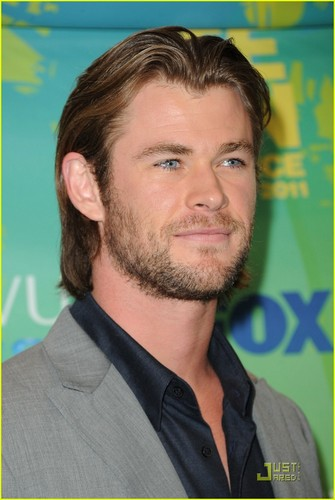 Chris Hemsworth - Teen Choice Awards 2011 Red Carpet
