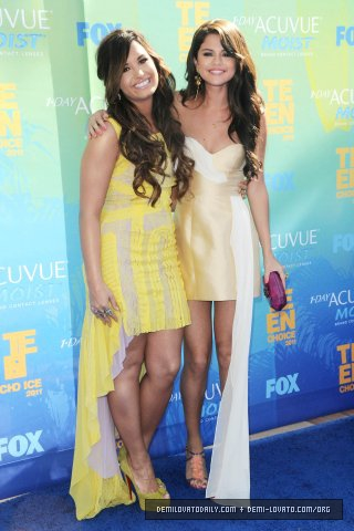 Demi&Selena - Teen Choice Awards - August 07, 2011