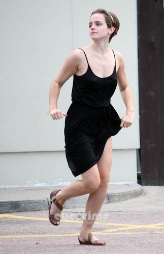 Emma Watson gives a Hell of a tunjuk outside Tesco in London, Aug 5