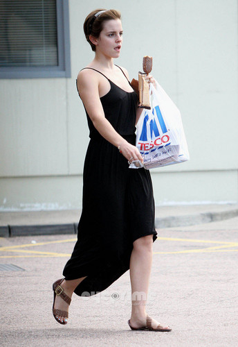 Emma Watson gives a Hell of a hiển thị outside Tesco in London, Aug 5