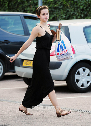 Emma Watson gives a Hell of a 显示 outside Tesco in London, Aug 5