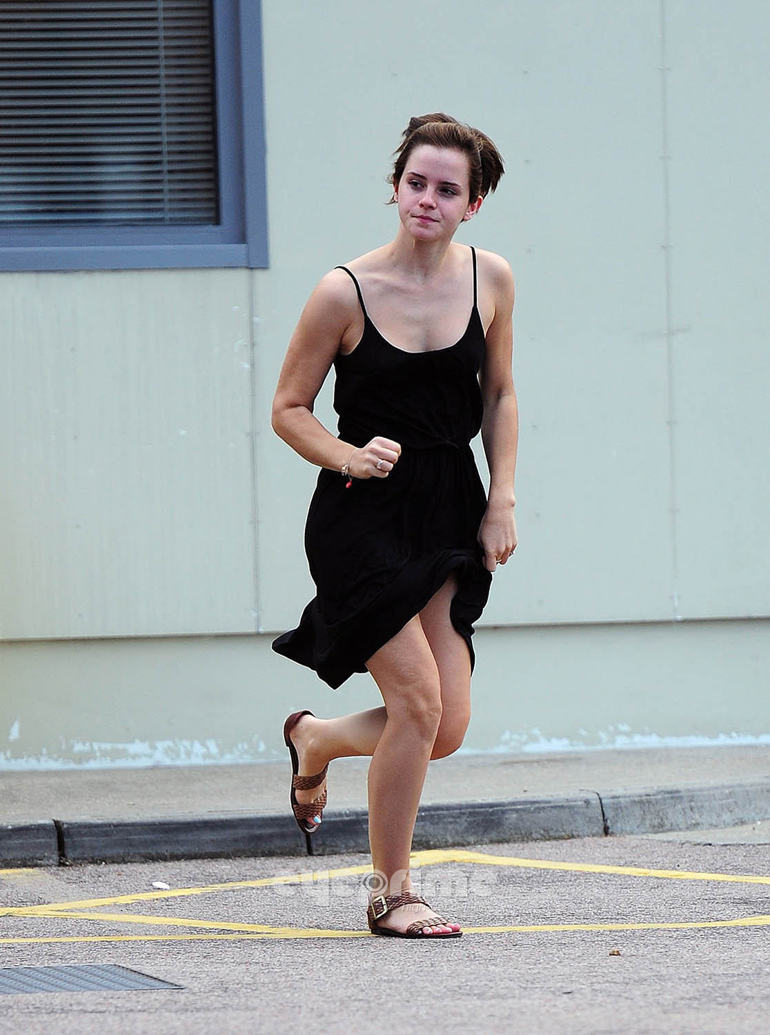 Emma Watson gives a Hell of a mostrar outside Tesco in London, Aug 5