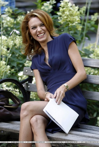 Hilarie Burton wallpaper containing a park bench titled Hilarie Burton White Collar