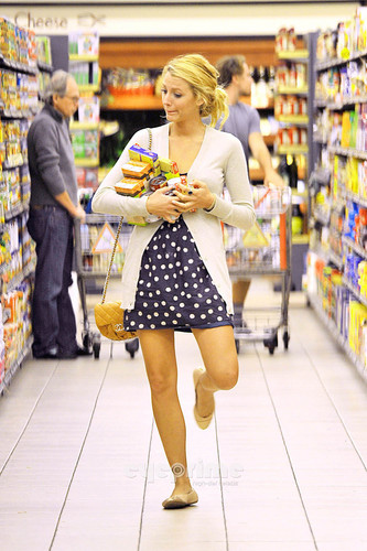 Blake Lively achtergrond containing a krantenkiosk, kiosk and a supermarkt titled Leonardo DiCaprio & Blake Lively: Grocery Shopping!