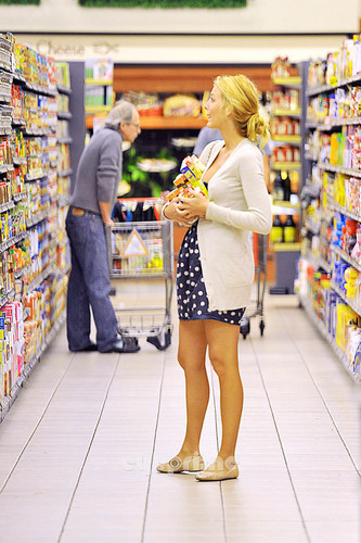 Blake Lively wallpaper with a supermarket and a grocery store called Leonardo DiCaprio & Blake Lively: Grocery Shopping!