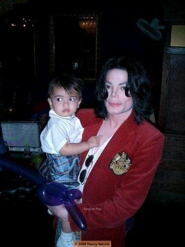 The MJ Fanpop family L.O.V.E. wallpaper entitled MICHAEL AND HIS KIDS