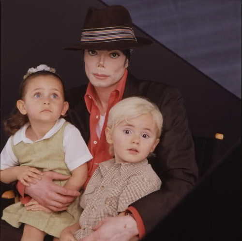 The MJ Fanpop family L.O.V.E. wallpaper called MICHAEL AND HIS KIDS