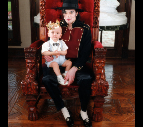 The MJ Fanpop family L.O.V.E. پیپر وال with a تخت entitled MICHAEL AND HIS KIDS