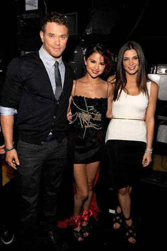 New foto-foto of Ashley with Taylor,Selena and Kellan!