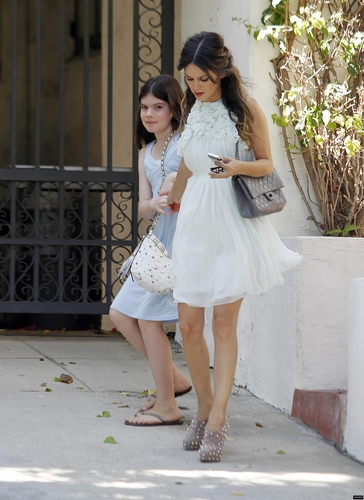 Rachel leaving her home with her little sister for the Teen Choice Awards!