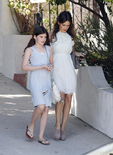 Rachel Bilson wallpaper possibly with a street entitled Rachel leaving her home with her little sister for the Teen Choice Awards!