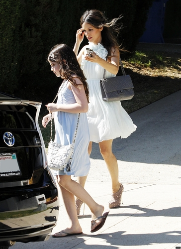 Rachel leaving her প্রথমপাতা with her little sister for the Teen Choice Awards!
