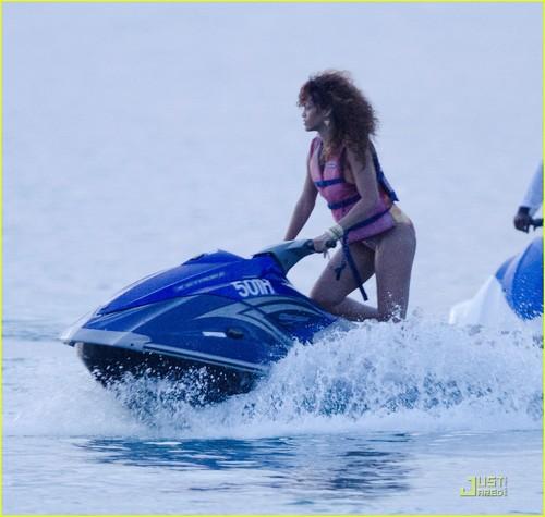 Rihanna: Bob Marley সাঁতারের পোষাক in Barbados!