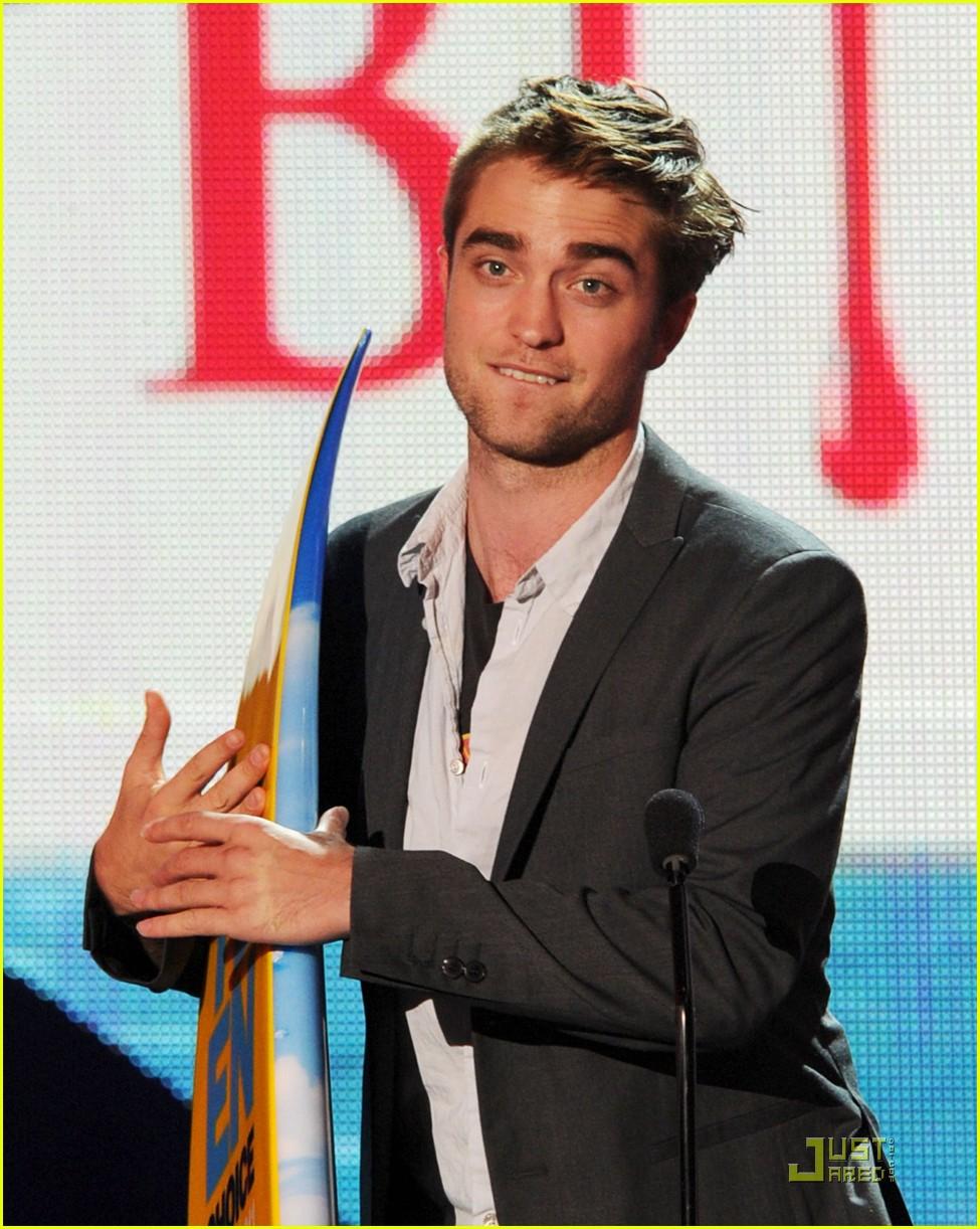 Robert Pattinson Wins Teen Choice Award