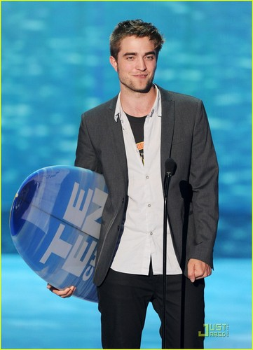 Robert Pattinson Wins Teen Choice Award