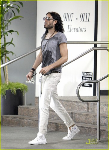 Russell Brand: Lunch дата In Beverly Hills!