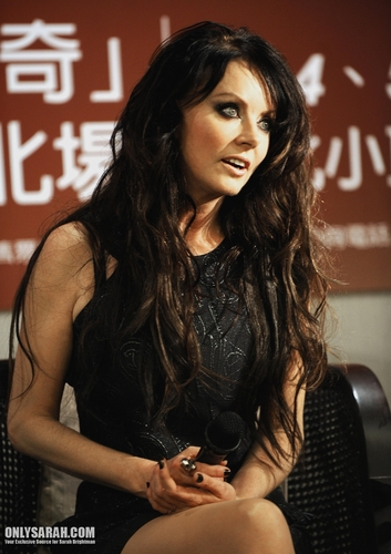 Сара Брайтман Обои probably containing bare legs, a hip boot, and a sign called Sarah Brightman