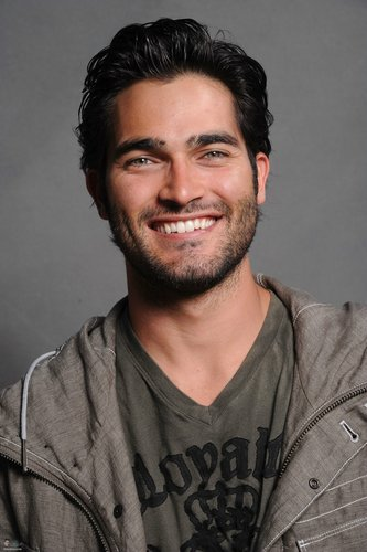 Tyler Hoechlin karatasi la kupamba ukuta containing a green beret called Tyler Hoechlin♥