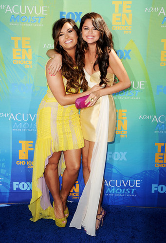 selena gomez and demi lovato at teen choice girls