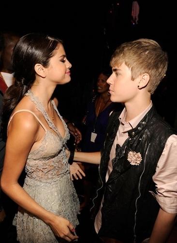 Justin Bieber und Selena Gomez Hintergrund possibly with a bridesmaid called teen choice awards 2011