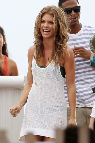 """90210″ Set in Manhattan beach, pwani"