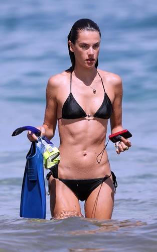 Alessandra Ambrosio montrer off her bikini body in Hawaii (August 8).
