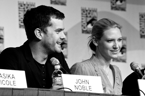 Anna Torv and Joshua Jackson achtergrond entitled Anna Torv and Joshua Jackson