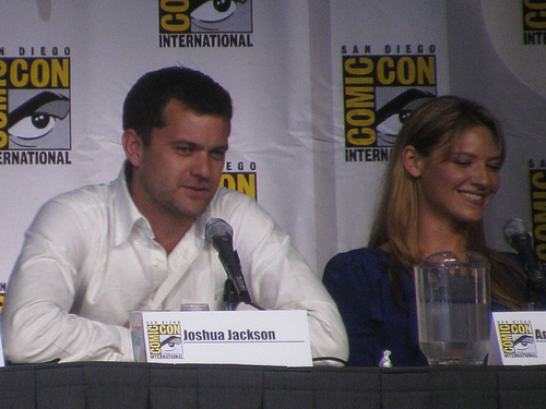 Anna Torv and Joshua Jackson achtergrond called Anna and Josh