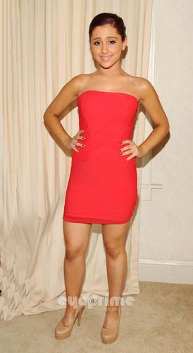 Ariana Grande posing for تصاویر as she goes to رات کے کھانے, شام کا کھانا with دوستوں in L.A, Aug 9