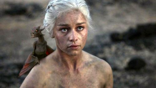 Daenerys Targaryen پیپر وال possibly with a hunk, a six pack, and a portrait titled Daenerys Targaryen