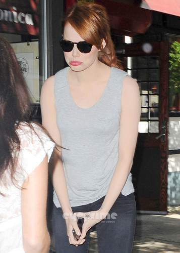 Emma Stone takes pics with Photogs as she leaves a Eatery in NY, Aug 11
