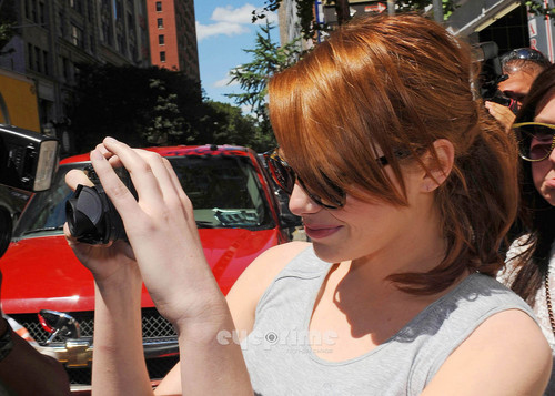 Emma Stone wallpaper titled Emma Stone takes pics with Photogs as she leaves a Eatery in NY, Aug 11