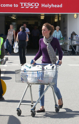 Kate Middleton at Tesco supermarket, pasar raya
