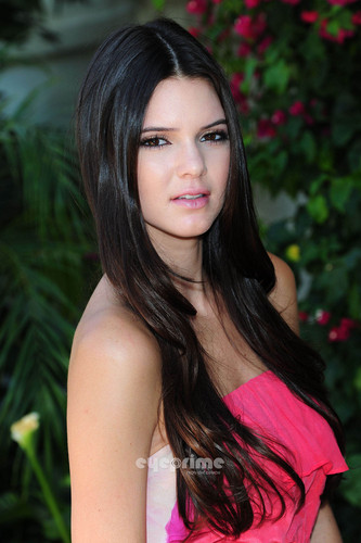 Kendall Jenner looks pretty in màu hồng, hồng for a Photoshoot